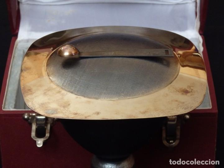 Antigüedades: Cáliz, patena y cucharilla en su estuche. Plata dorada y plata velada. Punzones de Ramón Sunyer. - Foto 6 - 211623361