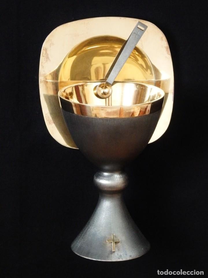 Antigüedades: Cáliz, patena y cucharilla en su estuche. Plata dorada y plata velada. Punzones de Ramón Sunyer. - Foto 7 - 211623361
