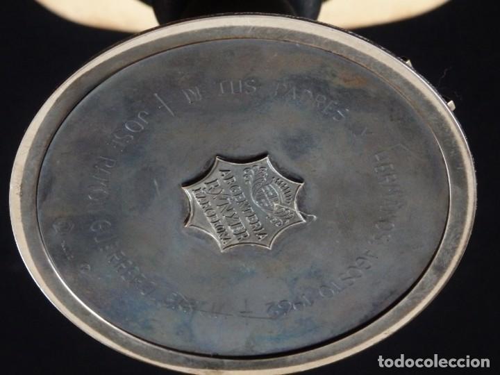 Antigüedades: Cáliz, patena y cucharilla en su estuche. Plata dorada y plata velada. Punzones de Ramón Sunyer. - Foto 11 - 211623361