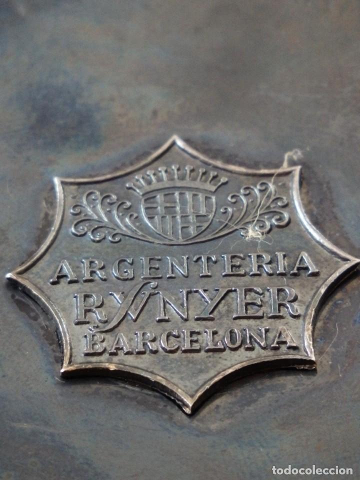 Antigüedades: Cáliz, patena y cucharilla en su estuche. Plata dorada y plata velada. Punzones de Ramón Sunyer. - Foto 13 - 211623361