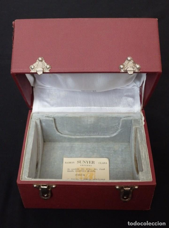 Antigüedades: Cáliz, patena y cucharilla en su estuche. Plata dorada y plata velada. Punzones de Ramón Sunyer. - Foto 16 - 211623361
