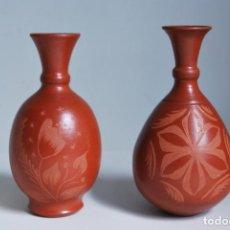 Antigüedades: PAREJA DE JARRONES DE BARRO - DECORACIÓN INCISA - FIRMADOS F. SAAVEDRA. Lote 211640656