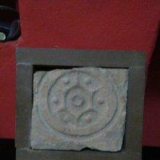 Antigüedades: AZULEJO SIGLO XVIII CON MARCO Y BINITA DECORACION GEOMETRICA. Lote 211659523