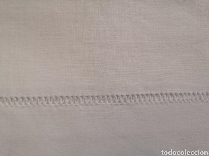 Antigüedades: Sabana antigua de algodón con bordado de bolillos y vainica. - Foto 3 - 211665253