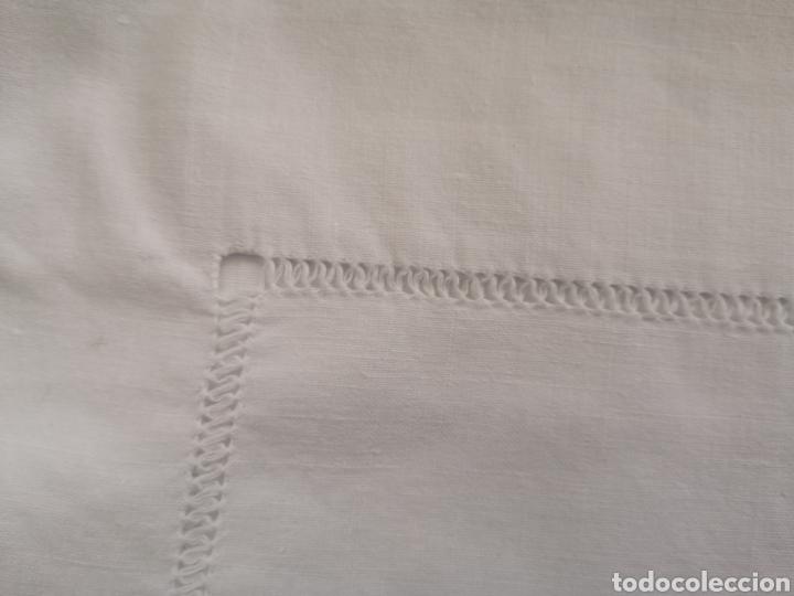 Antigüedades: Sabana antigua de algodón con bordado de bolillos y vainica. - Foto 4 - 211665253