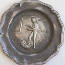 Antigüedades: PLATO METAL CON RELIEVES OFICIO CONSTRUCTOR ALBAÑIL AÑOS 50 TODO DETALLE. Lote 211667199