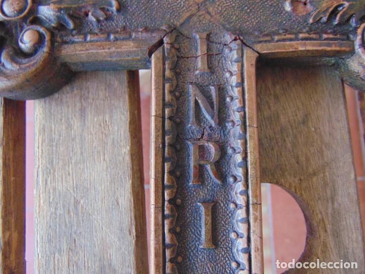 Antigüedades: ANTIGUA CRUZ CRUCIFIJO EN MADERA TALLADA DE IGLESIA INRI - Foto 5 - 211705583