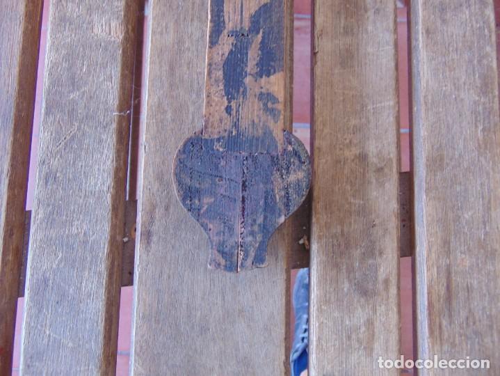 Antigüedades: ANTIGUA CRUZ CRUCIFIJO EN MADERA TALLADA DE IGLESIA INRI - Foto 11 - 211705583