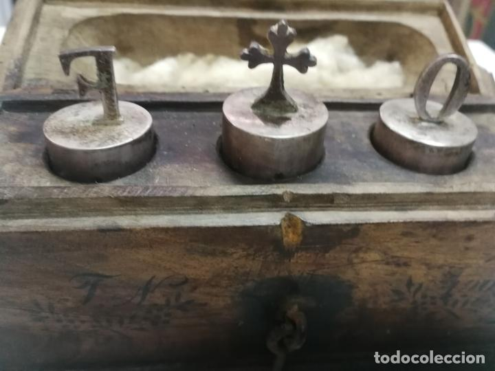 Antigüedades: ANTIGUAS CRISMERAS DE PLATA, SANTOS OLEOS, CON SU CAJA, AÑO 1905, CONTIENEN OLEOS - Foto 15 - 211786902