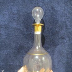 Antigüedades: ANTIGUA BOTELLA DE VIDRIO SOPLADO, TALLADO Y PINTADO CON PAN DE ORO. Lote 211828397