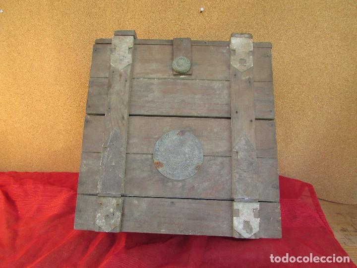 Antigüedades: Cajón de madera para el cáliz y las vinajeras. Año 1788 grabado en escudo de bronce. - Foto 5 - 211850213