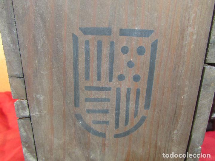 Antigüedades: Cajón de madera para el cáliz y las vinajeras. Año 1788 grabado en escudo de bronce. - Foto 8 - 211850213