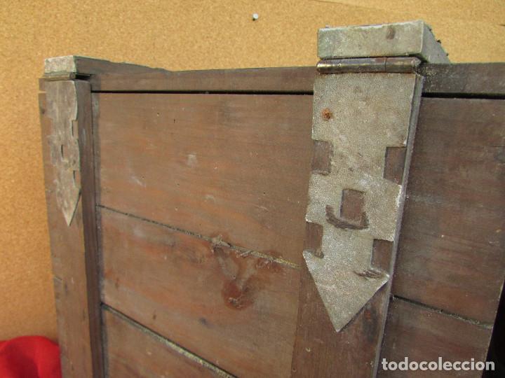Antigüedades: Cajón de madera para el cáliz y las vinajeras. Año 1788 grabado en escudo de bronce. - Foto 9 - 211850213