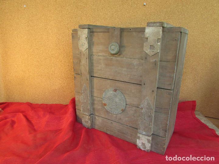 Antigüedades: Cajón de madera para el cáliz y las vinajeras. Año 1788 grabado en escudo de bronce. - Foto 3 - 211850213