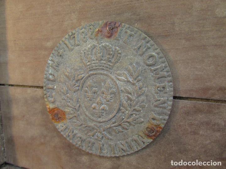 Antigüedades: Cajón de madera para el cáliz y las vinajeras. Año 1788 grabado en escudo de bronce. - Foto 10 - 211850213