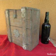 Antigüedades: CAJÓN DE MADERA PARA EL CÁLIZ Y LAS VINAJERAS. AÑO 1788 GRABADO EN ESCUDO DE BRONCE.. Lote 211850213