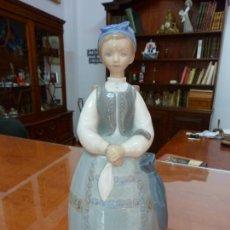 Antigüedades: CERÁMICA DE LLADRÓ. MUJER CON CESTO. (28 X 11 CM). Lote 211856931