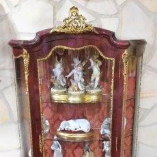 Antigüedades: VITRINA ESTILO LUIS XV CAOBA BRONCES Y PINTURAS CON ESCENAS ROMÁNTICAS Y PAISAJISTAS. MEDIADOS S XX. Lote 211863645