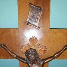 Antigüedades: ANTIGUO CRUCIFIJO DE MADERA CON CRISTO DE BRONCE MITAD DEL SIGLO XX INDUSTRIAS EASO DE SAN SEBASTIAN. Lote 211872786