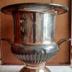 Antigüedades: BOTELLERO PARA ENFRIAR LA BEBIDA, EN ALPACA. Lote 211883176