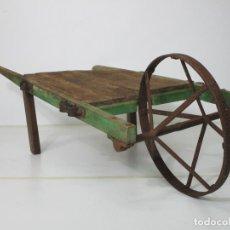 Antiquités: ANTIGUA CARRETILLA DE GRANJA - MADERA - RUEDA DE HIERRO - MUY DECORATIVA. Lote 211884316
