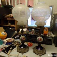 Antiquités: PAREJA DE LAMPARAS DE SOBREMESA DE BRONCE Y PORCELANA ESMALTADA. Lote 211907173