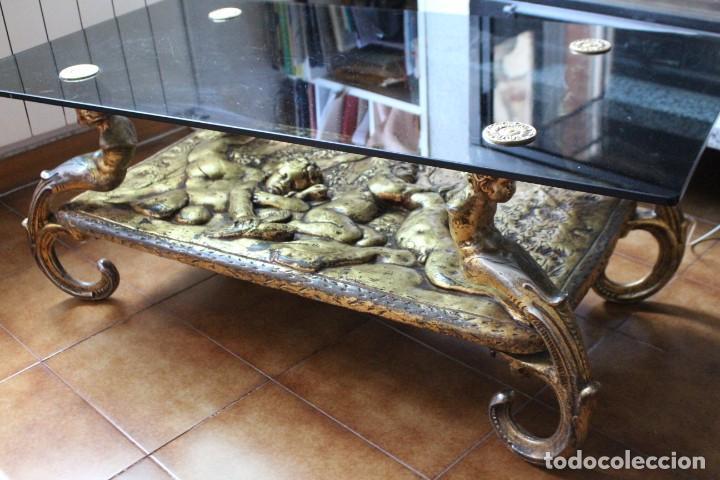 Antigüedades: Preciosa mesa baja antigua. Metal dorado y cristal. Querubines, ángeles. Mesa estilo imperio. - Foto 2 - 211938105