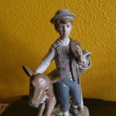 Antigüedades: LLADRÓ NIÑO GRANDE CON TERNERO VACA. Lote 211962417