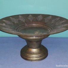 Antigüedades: ANTIGUO CENTRO DE MESA CON MOTIVOS CINCELADOS CIRCA S. XIX. Lote 212004120