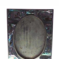 Antigüedades: PRECIOSO MARCO PORTAFOTOS CON ADORNOS DE NACAR. 9,5X12,5. APROX. OVALO 9,5 CM ALTO.. Lote 212098665