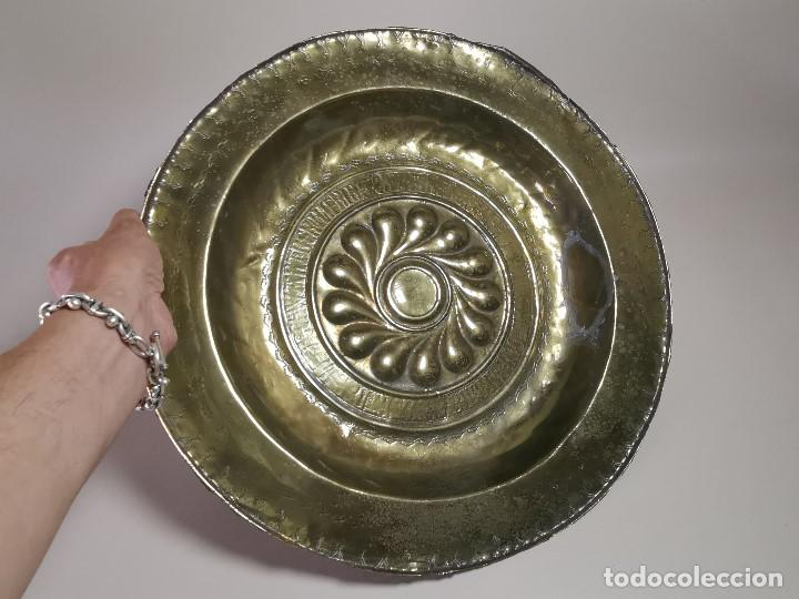 Antigüedades: Original plato petitorio limosnero de latón del siglo XVI - Foto 3 - 212105273