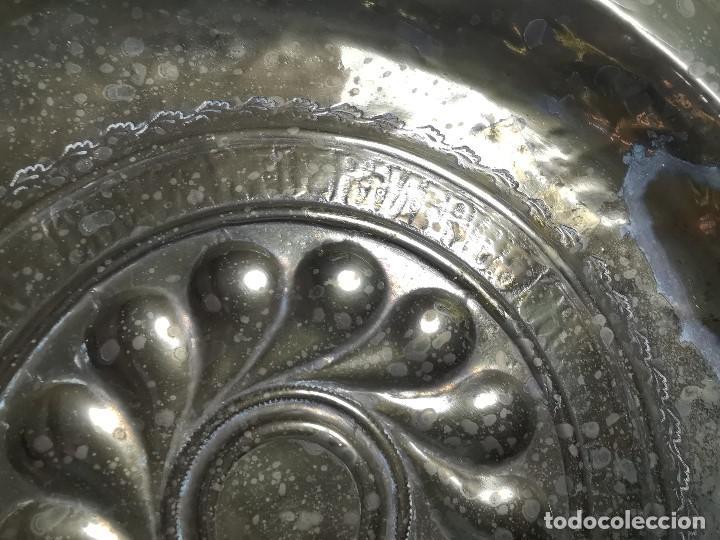 Antigüedades: Original plato petitorio limosnero de latón del siglo XVI - Foto 6 - 212105273