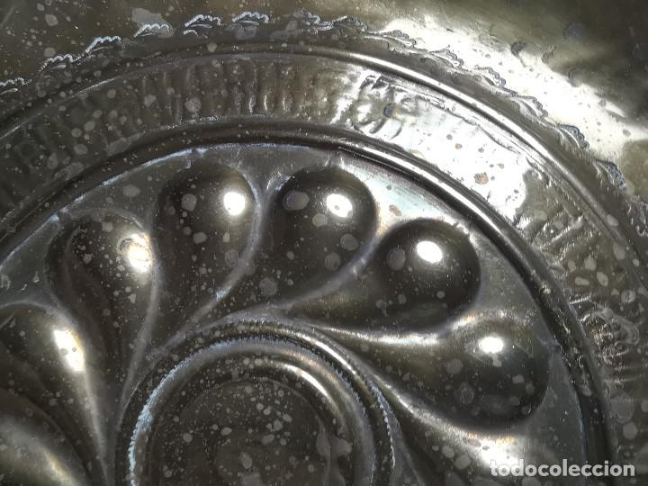 Antigüedades: Original plato petitorio limosnero de latón del siglo XVI - Foto 11 - 212105273