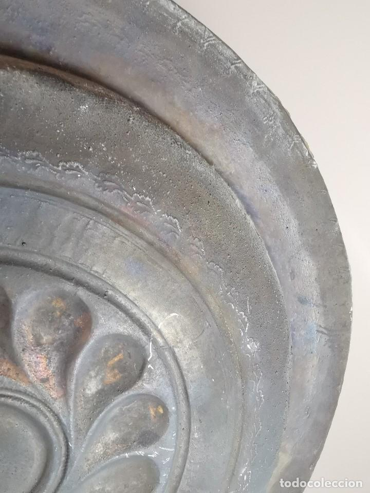 Antigüedades: Original plato petitorio limosnero de latón del siglo XVI - Foto 20 - 212105273
