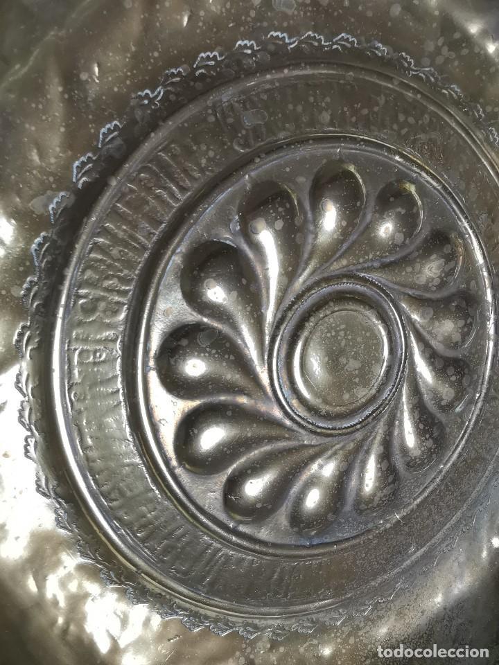Antigüedades: Original plato petitorio limosnero de latón del siglo XVI - Foto 33 - 212105273