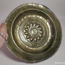 Antigüedades: ORIGINAL PLATO PETITORIO LIMOSNERO DE LATÓN DEL SIGLO XVI. Lote 212105273