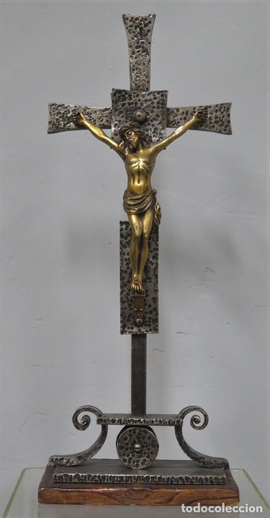 BONITO CRUCIFIJO DE ALTAR. HIERRO MADERA Y BRONCE. SEGUNDA MITAD SIGLO XX (Antigüedades - Religiosas - Crucifijos Antiguos)