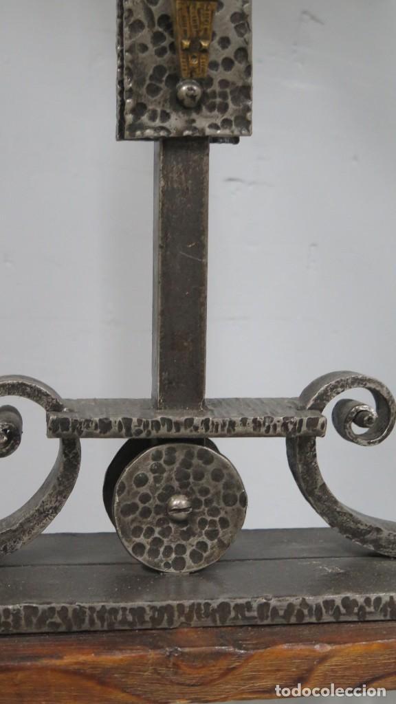 Antigüedades: BONITO CRUCIFIJO DE ALTAR. HIERRO MADERA Y BRONCE. SEGUNDA MITAD SIGLO XX - Foto 2 - 212176005