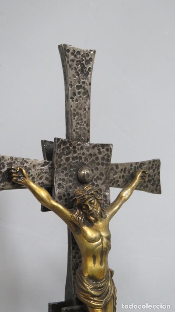 Antigüedades: BONITO CRUCIFIJO DE ALTAR. HIERRO MADERA Y BRONCE. SEGUNDA MITAD SIGLO XX - Foto 4 - 212176005