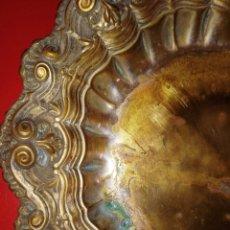 Antiquités: CENTRO DE MESA - REALIZADO EN ALPACA DORADA - CON RELIEVES. Lote 212200245