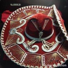 Antigüedades: SOMBRERO GRANDE ROJO MARIACHI. MEXICO..DETALLES EN PLATA... Lote 212268317