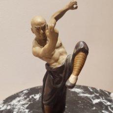 Antigüedades: LUCHADOR CHINO SHAOLIN ARTES MARCIALES KUNG FU FIGURA PORCELANA O GRES AÑO 1970 SELLADA WANJIANG. Lote 212277518