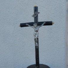 Antigüedades: CRUCIFIJO DE SOBREMESA , CON PEANA Y CRUZ EBONIZADA. Lote 212281040