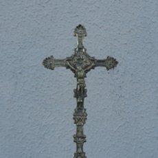 Antigüedades: CRUCIFIJO DE SOBREMESA ANTIGUO,EN BRONCE A LA CERA PERDIDA, CON PEANA EBONIZADA. Lote 212281212