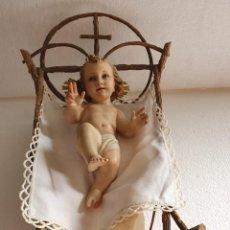 Antigüedades: NIÑO JESUS CON SELLO EN SU CUNA CON PAÑO DE PUNTILLA. Lote 212289628
