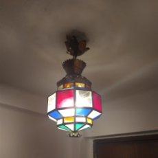 Antigüedades: LAMPARA DE TECHO ANTIGUA DE LATON CON FORMA OCTOGONAL Y LOS CRISTALES DE COLORES. Lote 212315208
