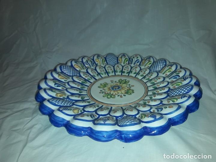 Antigüedades: Bello plato cerámica ondulada Moverma Talavera motivos florales 30cm - Foto 2 - 212320316