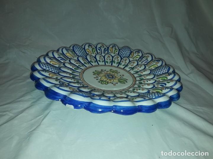 Antigüedades: Bello plato cerámica ondulada Moverma Talavera motivos florales 30cm - Foto 4 - 212320316