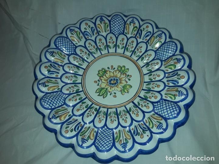 Antigüedades: Bello plato cerámica ondulada Moverma Talavera motivos florales 30cm - Foto 5 - 212320316