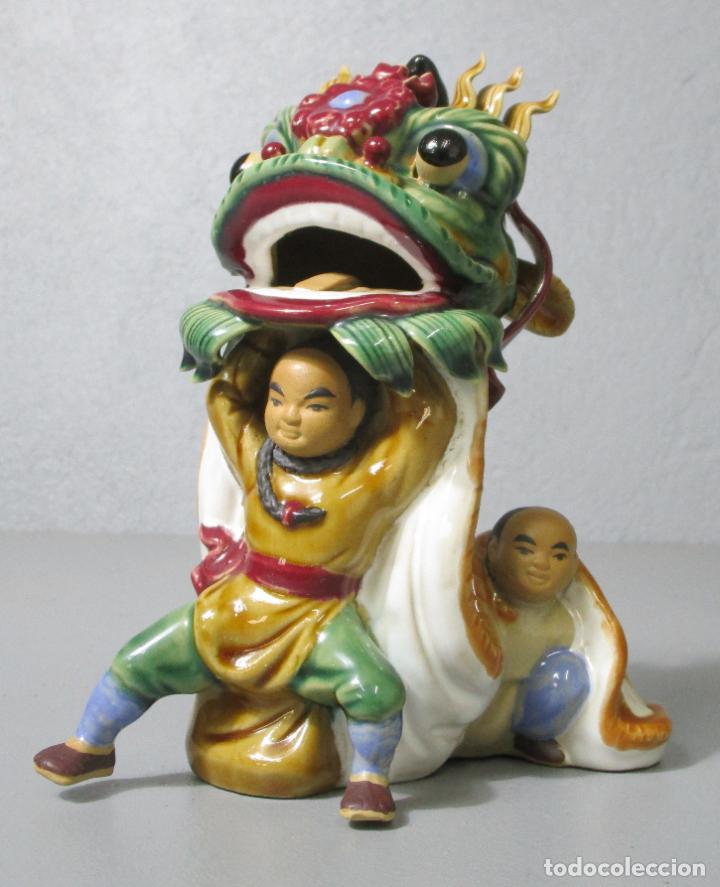 BONITA FIGURA CHINA - BAILE DEL DRAGÓN - TERRACOTA - SELLO EN LA BASE (Antigüedades - Porcelanas y Cerámicas - China)